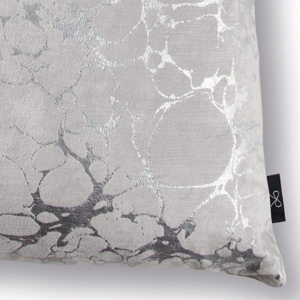 Sierkussen Mamori Frost detail